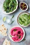 绿豆和桃红色甜菜hummus传播或者垂度与混合沙拉叶子 健康未加工的夏天开胃菜,素食主义者,素 免版税库存照片