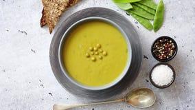 绿豆在灰色碗的奶油汤 影视素材