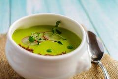 绿豆汤奶油在一个白色碗的在餐巾 图库摄影