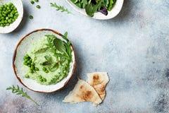 绿豆hummus传播或垂度与混合沙拉叶子 健康未加工的夏天开胃菜,素食主义者,素食快餐 图库摄影
