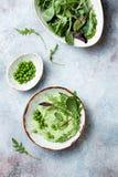 绿豆hummus传播或垂度与混合沙拉叶子 健康未加工的夏天开胃菜,素食主义者,素食快餐 免版税库存图片