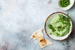 绿豆hummus传播或垂度与混合沙拉叶子 健康未加工的夏天开胃菜,素食主义者,素食快餐 免版税库存照片