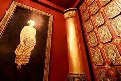 缅甸与雕刻金黄墙壁的房子角落 库存照片