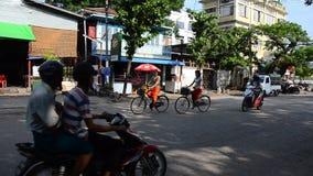 缅甸人民和交通在路在79街道在曼德勒,缅甸 股票录像