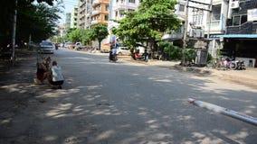 缅甸人民和交通在路在79街道在曼德勒,缅甸 股票视频