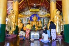 缅甸人民在Shwedagon塔祈祷在仰光 免版税库存图片