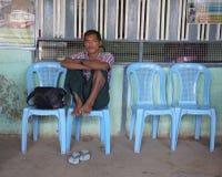 缅甸人民等待的公共汽车 免版税库存图片