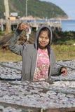 缅甸女孩在渔村放置乌贼干燥 酸值phangan泰国 免版税库存照片