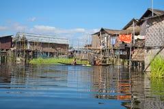 缅甸妇女在湖沐浴在他的湖的家附近 Inle湖的一个渔村 缅甸 免版税库存照片