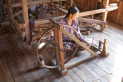 缅甸妇女是spinnig每莲花螺纹 库存图片