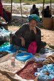 缅甸妇女烟方头雪茄烟雪茄和出售在一个开放的市场上 免版税库存图片