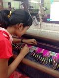 年轻缅甸妇女编织 免版税库存照片