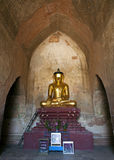 缅甸寺庙的金黄菩萨 免版税图库摄影