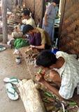 缅甸工匠工作木头 图库摄影