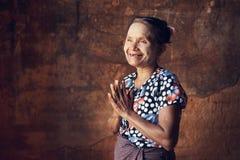 缅甸的祈祷的妇女 免版税库存照片