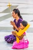 缅甸的祈祷的Shwedagon塔仰光 库存图片