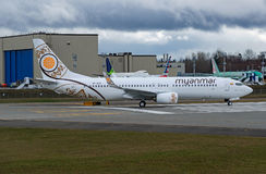 缅甸航空公司离开现用跑道的最新的波音737 免版税图库摄影