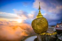 缅甸金黄岩石  库存照片