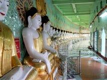 缅甸,在月牙形的柱廊有45的U极小的Thonze塔镀金了菩萨图象供以座位的 库存照片