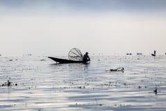 缅甸,在Inle湖的人捕鱼 免版税库存图片