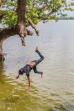 缅甸8月26日, 2014年:缅甸孩子跳 免版税库存照片