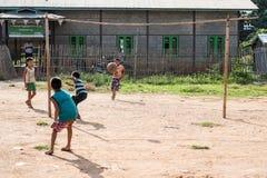 缅甸INLE 2014年10月15日:踢在inle 10月14日的孩子橄榄球 免版税库存照片