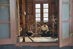 缅甸Nyaungshwe工作者编织的布料 免版税库存图片