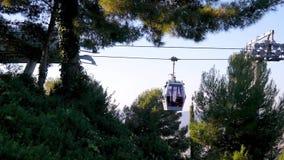 缆索铁路与游人接近在绿色树和植物中的基地 运动,旅游业,电车,西班牙 股票视频