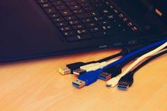 缆绳和膝上型计算机 免版税库存照片