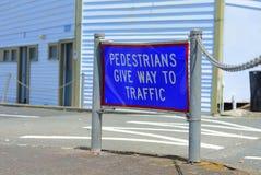缆绳海湾,Mangonui,新西兰–2018年12月31日:要求一个奇怪的路标步行者让路交易 免版税图库摄影