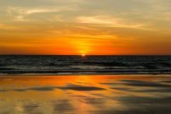 缆绳海滩的美好的日落在布鲁姆,澳大利亚西部 免版税库存图片