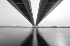 缆绳被停留的桥梁在圣彼得堡 在内娃河的桥梁在圣彼德堡,俄罗斯 库存图片