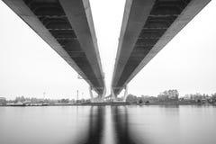 缆绳被停留的桥梁在圣彼得堡 在内娃河的桥梁在圣彼德堡,俄罗斯 免版税库存图片