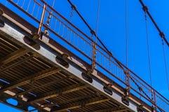 缆绳被停留的桥梁细节在河Katun的在阿尔泰 库存照片