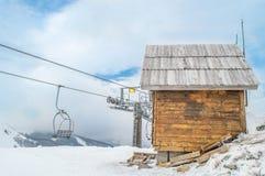 缆车、村庄和雪 免版税库存图片