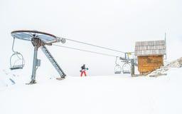 缆车、村庄和雪 库存图片