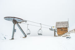 缆车、村庄和雪 库存照片