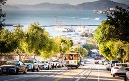 缆车上升与backround的旧金山湾匹配 免版税库存照片