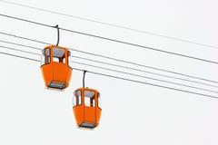 缆车两间空的黄色客舱  免版税库存照片