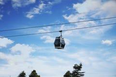 缆车和蓝天在uludag/伯萨/火鸡 图库摄影