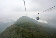 缆车在大屿山,雾的香港 免版税库存照片