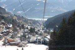 从缆车在滨湖采尔,滑雪胜地的看法在北部提洛尔,奥地利 免版税库存照片