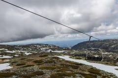 缆车在Serra da Estrela,葡萄牙 在冬天 免版税库存照片