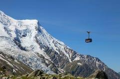 缆车客舱从夏慕尼的南针峰的山顶的 库存图片