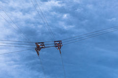 缆车导线和滑轮在多云天空暂停了 库存图片