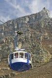缆车把游人带对桌山,开普敦,南非上面  免版税图库摄影