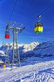 缆车红色和黄色客舱在悬索铁路的在冬天s 库存图片