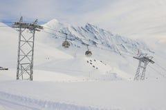 缆车长平底船移动滑雪者上升在滑雪胜地,格林德瓦,瑞士 免版税库存照片