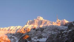 缆车驻地在一座山的冬天在瑞士阿尔卑斯 免版税库存照片