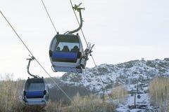 缆车;滑雪电缆车;在滑雪胜地的滑雪客舱 免版税库存照片